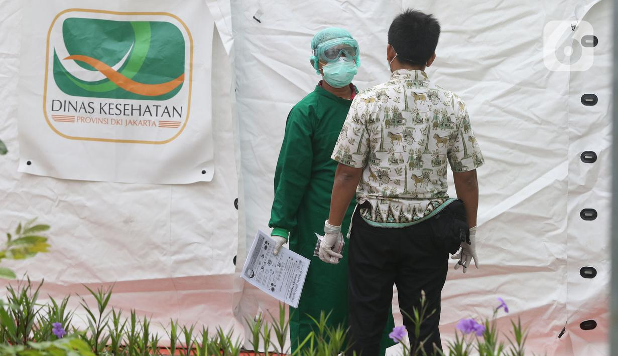 Petugas medis berbincang saat melakukan pemeriksaan mandiri virus corona COVID-19 di rumah sakit rujukan RSUD Pasar Minggu, Jakarta Selatan, Kamis (26/3/2019). Pemeriksaan diikuti oleh Orang Dalam Pemantauan (ODP), Pasien Dalam Pengawasan (PDP), dan suspect. (Liputan6.com/Herman Zakharia)