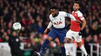 Bek Tottenham, Danny Rose, membuang bola saat melawan Arsenal pada laga perempat final Piala Liga di Stadion Emirates, London, Rabu (19/12). Arsenal kalah 0-2 dari Tottenham. (AFP/Ben Stansall)