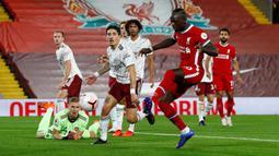 Duet Salah di lini depan Liverpool, Sadio Mane tercatat mampu mencetak 20 gol di ajang Liga Champions. Mane juga berjasa membawa Liverpool memenangi ajang tersebut pada 2018 lalu dan mengantarkan negaranya, Senegal mencapai runner-up piala Afrika 2019. (AFP/Pool/Jason Cairnduff)