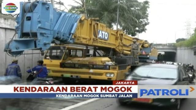 Akibat kerusakan pada bagian porsneling, sebuah kendaraan alat berat  mogok di underpass Senen hingga picu kemacetan parah.