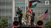 Massa KSPI berorasi saat menggelar aksi Solidaritas Buruh untuk Palestina ke Gedung PBB serta Kedutaan Besar AS di Jakarta, Selasa (18/5/2021). Massa mengutuk dan mengecam keras kekerasan yang dilakukan tentara dan polisi Israel terhadap masyarakat sipil Palestina. (Liputan6.com/Faizal Fanani)