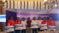 Persatuan Renang Seluruh Indonesia (PRSI) memberikan bonus masing-masing uang berupa Rp 100 juta kepada para atlet peraih medali emas di SEA Games 2017. (Bola.com/Zulfirdaus Harahap)