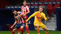 Gelandang Atletico Madrid Koke (kiri) berebut bola dengan gelandang Barcelona Frenkie De Jong pada pertandingan lanjutan La Liga Spanyol di stadion Wanda Metropolitano di Madrid, Spanyol, Sabtu (21/11/2020). Atletico menang tipis atas Barcelona 1-0. (AFP/Gabriel Bouys)