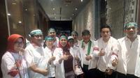Yenny Wahid berpose dengan mengenakan baju 'Tetap Jokowi' yang ditulis dalam huruf Arab. (Istimewa)