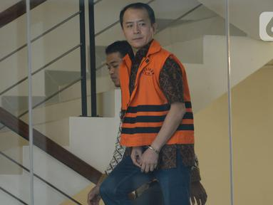 Mantan Presiden Direktur PT Lippo Cikarang, Bartholomeus Toto menaiki tangga menuju ruang pemeriksaan di Gedung KPK, Jakarta, Jumat (17/1/2020). Toto diperiksa sebagai tersangka kasus suap perizinan proyek pembangunan Meikarta di Kabupaten Bekasi, Jawa Barat. (merdeka.com/Dwi Narwoko)
