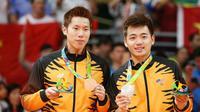 Ganda putra Malaysia, Goh V Shem/Tan Wee Kiong, memamerkan medali perak di podium setelah laga final Olimpiade 2016 di Riocentro, Rio de Janeiro, Brasil, 19 Agustus 2016. (EPA  /Esteban Biba)