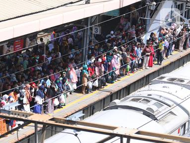 Sejumlah calon penumpang menunggu kedatangan KRL Commuter Line di Stasiun Tanah Abang, Jakarta, Sabtu (7/3/2020). Masuknya virus Corona atau Covid-19 di Indonesia belum mempengaruhi minat masyarakat untuk tetap bepergian menggunakan transportasi umum. (Liputan6.com/Angga Yuniar)