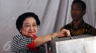 Presiden ke-5 RI yang juga Ketua Umum PDIP, Megawati Soekarnoputri memasukkan surat suara ke dalam kotak saat proses pencoblosan Pilkada DKI 2017 di TPS 027 Kebagusan, Jakarta Selatan, Rabu (15/2). (Liputan6.com/Helmi Fithriansyah)