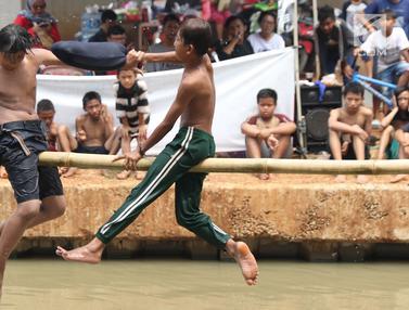 Lomba Jalan Pinang dan Pukul Bantal Meriahkan HUT ke-74 RI di Kalimalang