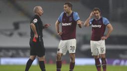 Fulham vs West Ham (7/2/2021). Wasit Mike Dean memberikan kartu merah kepada gelandang West Ham, Tomas Soucek (tengah) karena dianggap menyikut striker Fulham, Aleksandar Mitrovic. Akhirnya FA menganulir keputusan tersebut setelah kubu West Ham melakukan banding. (AFP/Clive Rose/Pool)