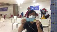 Salah satu pedagang yang antre di ruangan suntik vaksin di lantai 8 Blok A Pasar Tanah Abang, Rabu (17/2/2021). (Liputan6.com/Muhammad Radityo Priyasmoro)