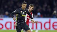 Bintang Juventus, Cristiano Ronaldo, beraksi saat melawan Ajax di Amsterdam Arena, Kamis (11/4/2019) dini hari WIB. (AP/Photo)