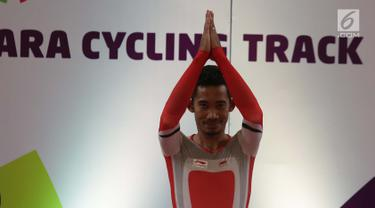 Pebalap sepeda Indonesia, M. Fadli Imammuddin berselebrasi usai meraih emas pada nomor 4000 meter individual pursuit C4 (tunadaksa) di Jakarta Internasional Velodrome Rawamangun, Jakarta Timur, Jumat (12/10). (Merdeka.com/Imam Buhori)