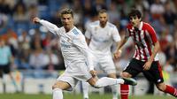 Striker Real Madrid, Cristiano Ronaldo, mencoba melepaskan tembakan ke gawang Athletic Bilbao pada lanjutan La Liga di Santiago Bernabeu, Kamis (19/4/2018) dini hari WIB. (AP Photo/Francisco Seco)