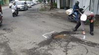 Polisi tandai jalan berlubang di by pass Mojokerto. (Ist)