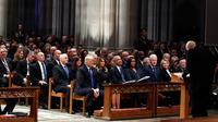 Presiden AS Donald Trump duduk bersebelahan dengan mantan presiden Barack Obama, mantan presiden Bill Clinton dan mantan presiden Jimmy Carter dalam prosesi pemakaman kenegaraan George HW Bush di Washington, Rabu (5/12). (AP/Alex Brandon, Pool)