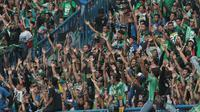 Salah satu aksi Bonek saat mendukung Persebaya Surabaya melawan PSPS Riau pada laga 8 Besar Liga 2 Grup Y di Stadion GBLA, Bandung, Sabtu (18/11/2017). Persebaya Menang 1-0. (Bola.com/Nicklas Hanoatubun)