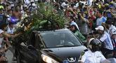 Penggemar berkerumun di samping mobil jenazah legenda sepak bola Argentina, Diego Armando Maradona, dalam perjalanan dari istana kepresidenan Casa Rosada ke pemakaman, Kamis (26/11/2020) waktu setempat. Diego Maradona meninggal karena serangan jantung pada usia 60 tahun. (AFP/Raul Fferrari/ TELAM)