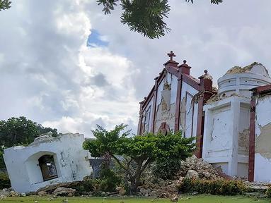 Kerusakan pada Gereja Sta Maria de Mayan setelah gempa kembar berkekuatan magnitudo 5,4 dan 5,9 di Itbayat on Pulau Batanes, Filipina (27/7/2019). Delapan orang tewas dan belasan lainnya cedera akibat gempa kembar tersebut. (AFP Photo/Dominic De Sagon Asa)