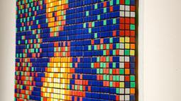 Seni jalanan berjudul Rubik Mona Lisa dipajang di rumah lelang Artcurial, Paris, Prancis, Senin (3/2/2020). Rubik Mona Lisa ditaksir akan terjual hingga 150.000 euro atau setara Rp 2.270.055.750. (FRANCOIS GUILLOT/AFP)