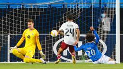 Gelandang Arsenal, Reiss Nelson, saat mencetak gol ke gawang Molde pada laga lanjutan Liga Europa di Aker Stadion, Jumat (27/11/2020) dini hari WIB. Arsenal menang 3-0 atas Molde. (AFP/Svein Ove Ekornesvag/NTB)