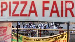 Umat muslim saat pelaksanaan salat Idul Adha 1442 H di Masjid Masjid Jami Al-Mubarok, Tangerang, Banten, Selasa (20/7/2021). Sebagian masjid melakukan pelaksanaan salat Idul Adha 1442 H, namun dengan protokol kesehatan yang ketat. (Liputan6.com/Angga Yuniar)