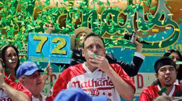 Ekspresi Joey Chestnut merayakan kemenangan dalam Kontes Makan Internasional Nathan, di New York, AS (4/7). Joey Chestnut menang dengan menghabiskan 72 hot dog dalam 10 menit. (AP Photo/Bebeto Matthews)