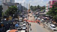 Sejumlah kendaraan mengalami kemacetan di Jalan Raya Cipulir, Jakarta, Kamis (30/4/2015). Pembangunan jalan layang terpanjang Tendean-Ciledug (9,3 kilometer) untuk transjakarta Koridor XIII berimbas pada kemacetan panjang . (Liputan6.com/Andrian M Tunay)
