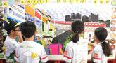 Siswa melihat karyanya yang dipamerkan di program Kenali Sejarahmu, Kenali Mimpimu (KEJAR), Jakarta, Minggu (18/8/2019). PT BNI bekerjasama dengan sebuah Wadah Sosial bernama KEJAR memperkenalkan kembali sejarah panjang NKRI kepada anak-anak untuk mengingat sejarah bangsa. (Liputan6.com/HO/Rizky)