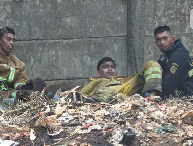 Potret Damkar Usai Melawan Api di Lapak Ban Bekas