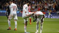 Pemain Spanyol, Sergio Ramos mencium sepatu rekannya, Isco Alarcon pada laga uji coba di Wanda Metropolitano stadium, Madrid, (27/3/2018). Spanyol menang telak 6-1 atas Argentina. (AP/Paul White)