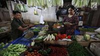 Pedagang melayani pembeli di pasar di Jakarta, Rabu (20/12).  Jelang Natal dan Tahun Baru, harga bahan pokok di Jakarta mulai merangkak naik. Namun, kenaikannya masih belum tinggi hanya berkisar Rp2.000-5.000 per kg. (Liputan6.com/Angga Yuniar)