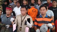 Kasat Reskrim Polrestabes Palembang Kompol Yon Edi Winara menunjukkan barang bukti yang digunakan pelaku saat membegal korban (Liputan6.com / Nefri Inge)