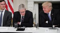CEO Apple Tim Cook bersama dengan Presiden AS Donald Trump (Foto: The Verge)
