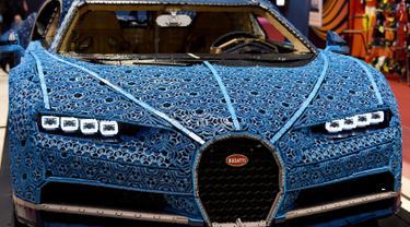 Mobil Bugatti Chiron yang dibangun dari potongan-potongan mainan Lego dihadirkan dalam pameran Paris Motor Show, Selasa (2/10). Mobil Bugatti Chiron berwarna biru ini dibuat menggunakan lebih dari 1 juta blok Lego Technic. (AFP / ERIC PIERMONT)