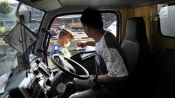 Polisi menilang pengendara yang melanggar pemberlakuan perluasan sistem ganjil genap di Jalan Salemba Raya, Jakarta, Senin (9/9/2019). Terdapat 25 ruas jalan di DKI Jakarta yang diterapkan kebijakan pembatasan kendaraan bermotor ini. (merdeka.com/Iqbal Nugroho)