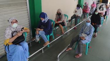 Pengunjung antre dengan menjaga jarak fisik (Physical Distancing) saat menunggu supermarket buka di kawasan Ciputat, Tangerang Selatan, Selasa (14/4/2020). Pemerintah terus mengimbau warga untuk melakukan jarak fisik sebagai tindakan pencegahan penyebaran Corona COVID-19. (merdeka.com/Arie Basuki)