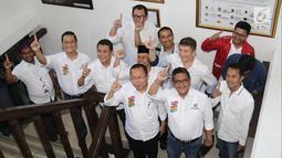 Sekjen PDIP Hasto Kristianto (dua kanan) bersama para sekjen partai pendukung capres dan cawapres Jokowi-Ma'ruf   mengangkat telunjuk saat akan melaporkan dana awal kampanye Pilpres 2019 di Gedung KPU, Jakarta, Sabtu (22/9). (Liputan6.com/Herman Zakharia)