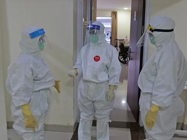 Para perawat sedang koordinasi di Rumah Sakit Haji, Jakarta, Jumat (9/5/2020). Garda terdepan penanganan Covid-19 ini tetap menjalani bulan suci Ramadan di sela-sela menangani pasien terinfeksi dengan melakukan tadarus Al Quran dan juga buka puasa bersama. (Liputan6.com/Herman Zakharia)