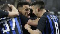 Striker Inter Milan, Lautaro Martinez, melakukan selebrasi usai membobol gawang Napoli pada laga Serie A di Stadion San Siro, Rabu (26/12). Inter Milan menang 1-0 atas Napoli. (AP/Luca Bruno)