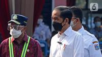 Presiden Joko Widodo atau Jokowi (tengah) didampingi Menteri Perhubungan Budi Karya Sumadi (kiri) dan Gubernur DKI Jakarta Anies Baswedan (kanan) meninjau vaksinasi COVID-19 massal pelaku transportasi di Terminal Kampung Rambutan, Jakarta, Kamis (10/6/2021). (Liputan6.com/Herman Zakharia)