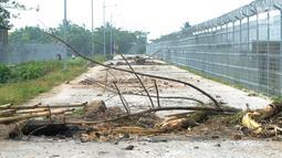 Penampakan Jalan Perimeter Utara yang diblokir warga, Rawa Rengas, Kosambi, Tangerang, Banten, Selasa (2/7/2019). Akses menuju Bandara Soekarno-Hatta (Soetta) tersebut rencananya akan dibangun landasan pacu atau Runway 3. A. (merdeka.com/Arie Basuki)