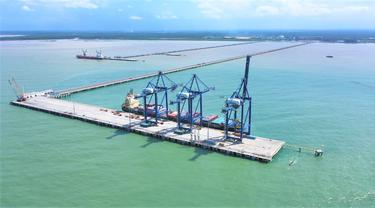 Kapal Temas Line bersandar di dermaga Kuala Tanjung Multipurpose Terminal