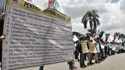 Mantan karyawan PT Bank Maybank Indonesia  menggelar demonstrasi di kawasan Senayan, Jakarta, Senin (11/2). Dalam aksinya, Serikat Pekerja Perjuangan Bank Maybank Indonesia meminta 12 tuntutan kepada pihak Maybank Indonesia. (Merdeka.com/Iqbal S. Nugroho)