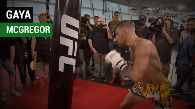 Berita video petarung MMA, Conor McGregor, menunjukkan gaya bertinjunya saat latihan terbuka untuk menghadapi Floyd Mayweather pada Jumat (11/8/2017).