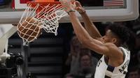 Aksi Giannis Antetokounmpo melakukan dunk saat Bucks melawan Raptors di final wilayah NBA (AP)