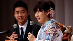 Ai Fukuhara dan suaminya Chiang Hung-chieh mengumumkan pernikahan saat jumpa pers di Tokyo, Jepang, (21/9). Ai Fukuhara dan Chiang Hung-chieh bertemu saat berlaga di Olimpiade Rio 2016. (REUTERS/Toru Hanai)