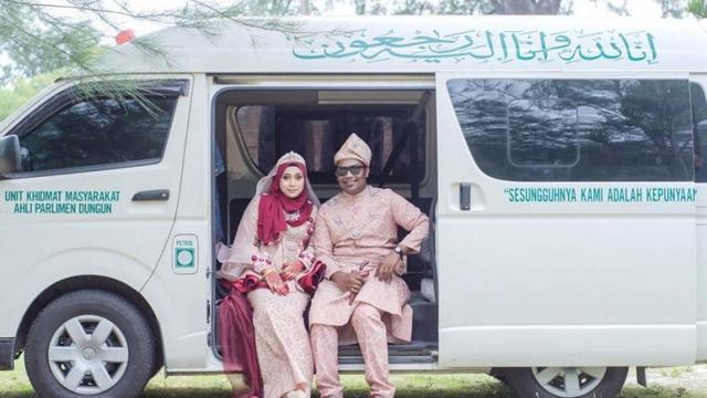 foto pernikahan di mobil jenazah (foto: Facebook Serah Mayat)