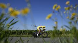 Pogi, julukan Pogacar, berhasil menorehkan waktu 82 jam 56 menit 36 detik dari 21 etape Tour de France 2021. Ia mengalahkan pembalap Denmark, Jonas Vingegaard dengan selisih lima menit 20 detik. (Foto: AP/Christophe Ena)