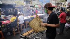 Sejumlah pedagang kaki lima (PKL) berjualan di kawasan Pasar Lama Tangerang, Banten, Sabtu (18/9/2021). Menko Perekonomian Airlangga Hartarto mengatakan Presiden Joko Widodo akan meluncurkan program Bantuan Langsung Tunai (BLT) untuk 1,2 juta PKL dan pemilik warteg. (Liputan6.com/Angga Yuniar)